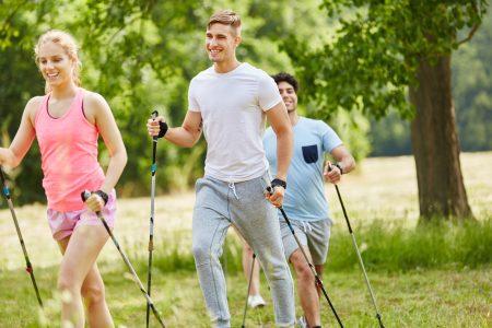 Nordic Walking als Spaß und Training für die Gesundheit im Sommer